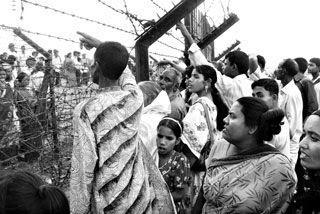 Photo: এপ্রিল ২০১০, পঞ্চগড়ে কাটাতারের দুপাশে দাড়িয়ে কুশল বিনিময় করছে দুই বাংলার মানুষ - যাযাদি