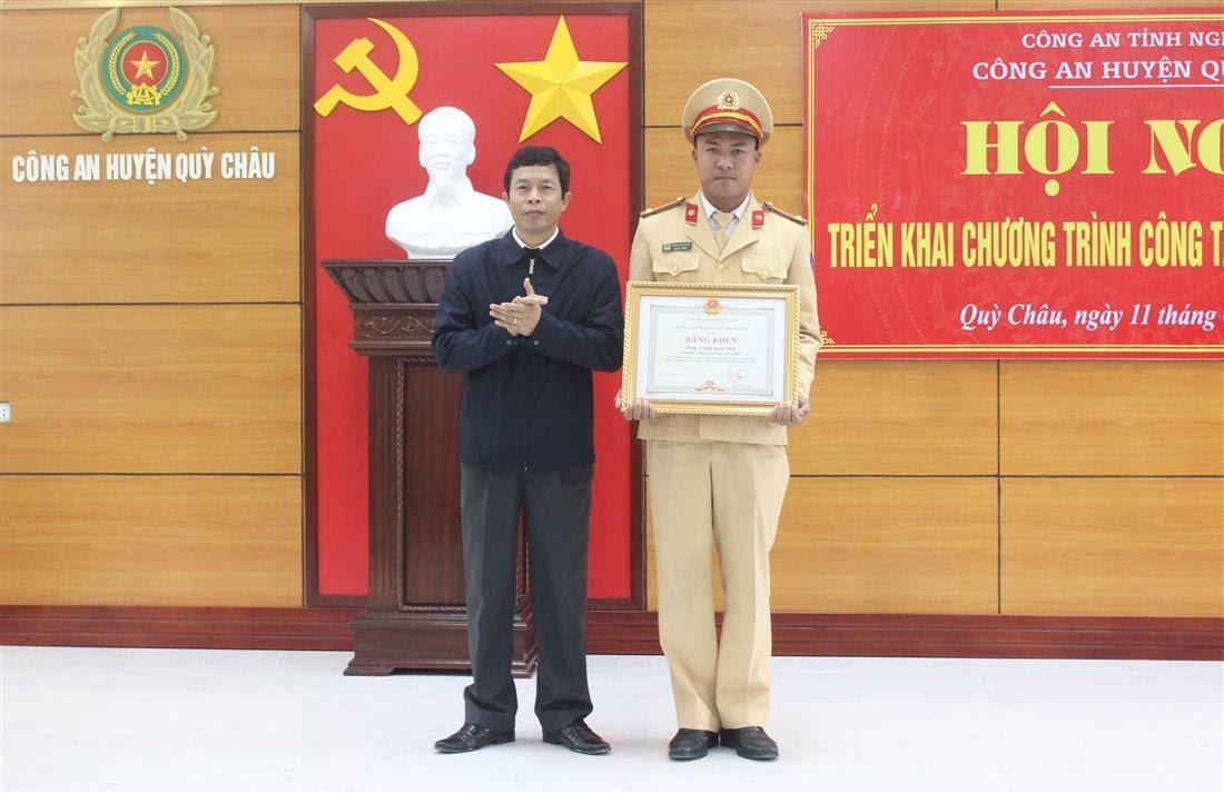 Đồng chí Vương Quang Minh – Bí thư Huyện ủy trao tặng Bằng khen của UBND tỉnh Nghệ An cho 1 cá nhân đạt thành tích xuất sắc.