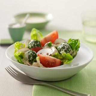 Bunter Salat mit Frischkäsebällchen