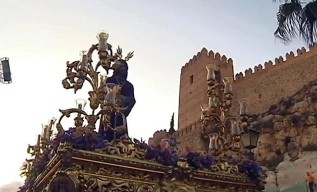 El Señor de las Penas procesionó por las estrechas calles del Casco Histórico y como testigo privilegiado, la Alcazaba.