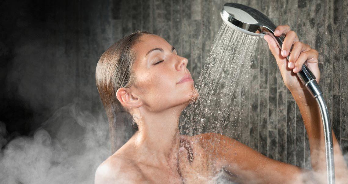 1. ดูแลผิวแบบผิดๆ กับการอาบน้ำอุ่น