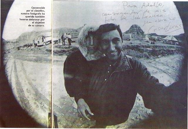 Selfie del fotógrafo César Lucas con JohnLennon.