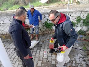 Photo: Çile Köy Kahvehanesi önünde boyaları hazırlıyoruz. Çile Üçdere Mevkii'ndeki kapalı patikanın açılıp işaretlenmesi. EFES-MİMAS (İYON) YOLU 2. Etabı - 29.11.1015