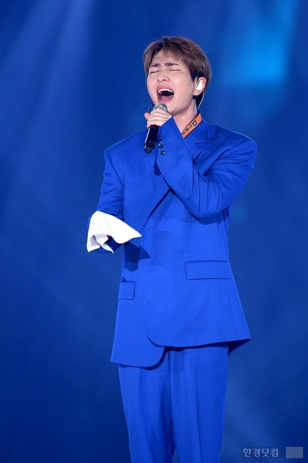 onew right hand 4
