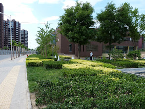 Photo: Beijing - very good 1st impression of nice luxurious green living quarter with fences and guards at gates