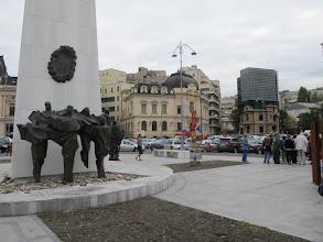 Photo: Rou3S103-151001Bucarest, place Révolution, stèle dédiée aux martyrs, sculptures de révolutionnaires morts IMG_8597