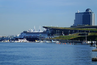 Photo: Canada Place handles the cruise ships and the grass roofed building is the convention center.