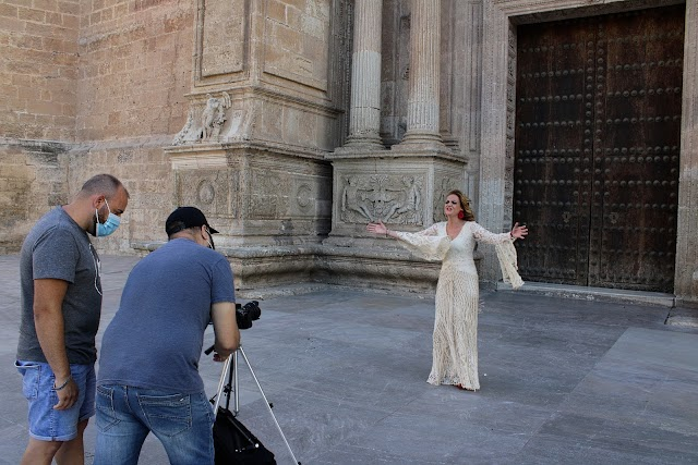 La cantora Rocío Zamora grabando un videoclip en la Plaza de la Catedral.