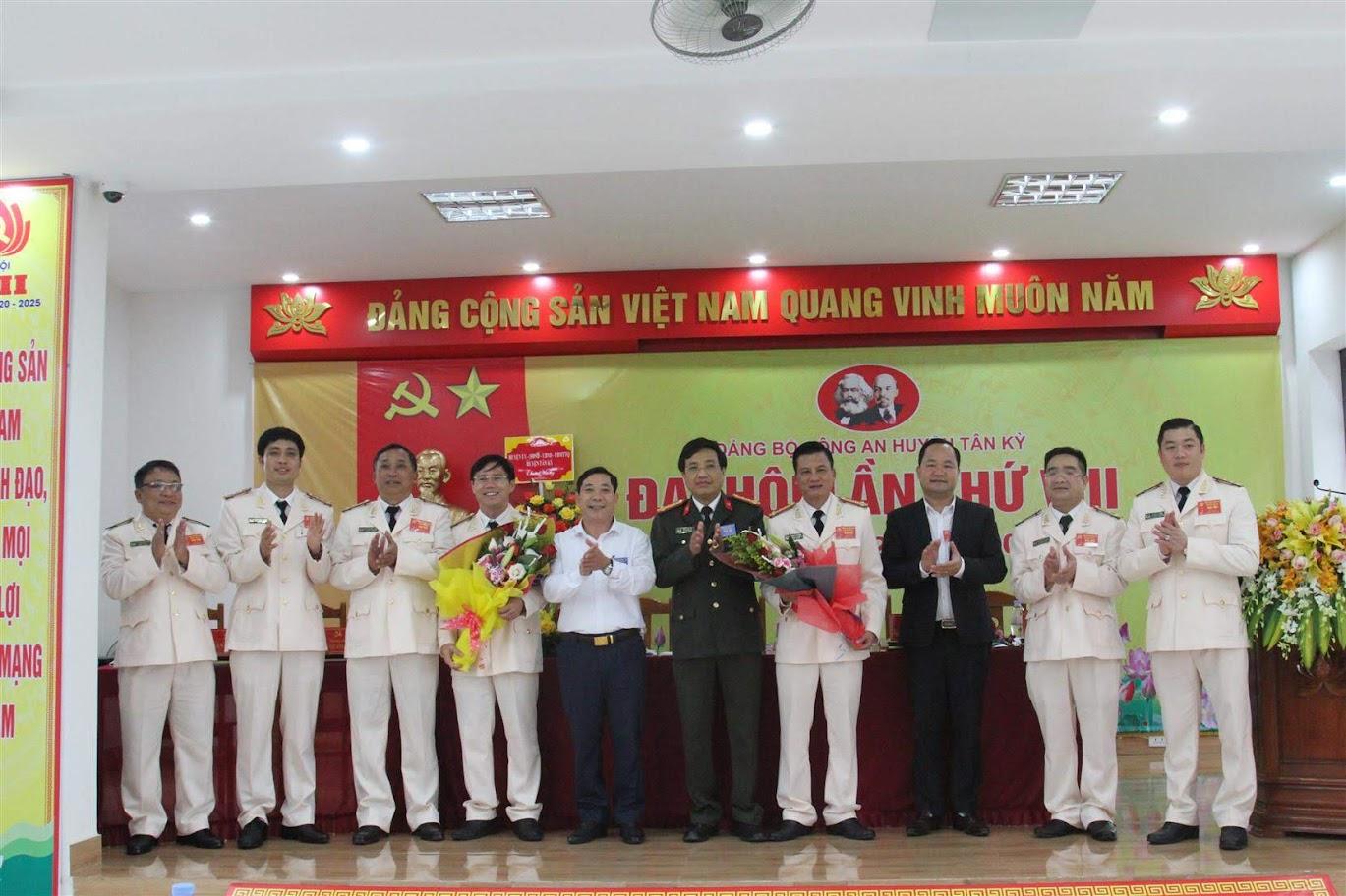 Ban chấp hành Đảng bộ Công an huyện lần thứ VIII, nhiệm kỳ 2020 - 2025 ra mắt, nhận nhiệm vụ