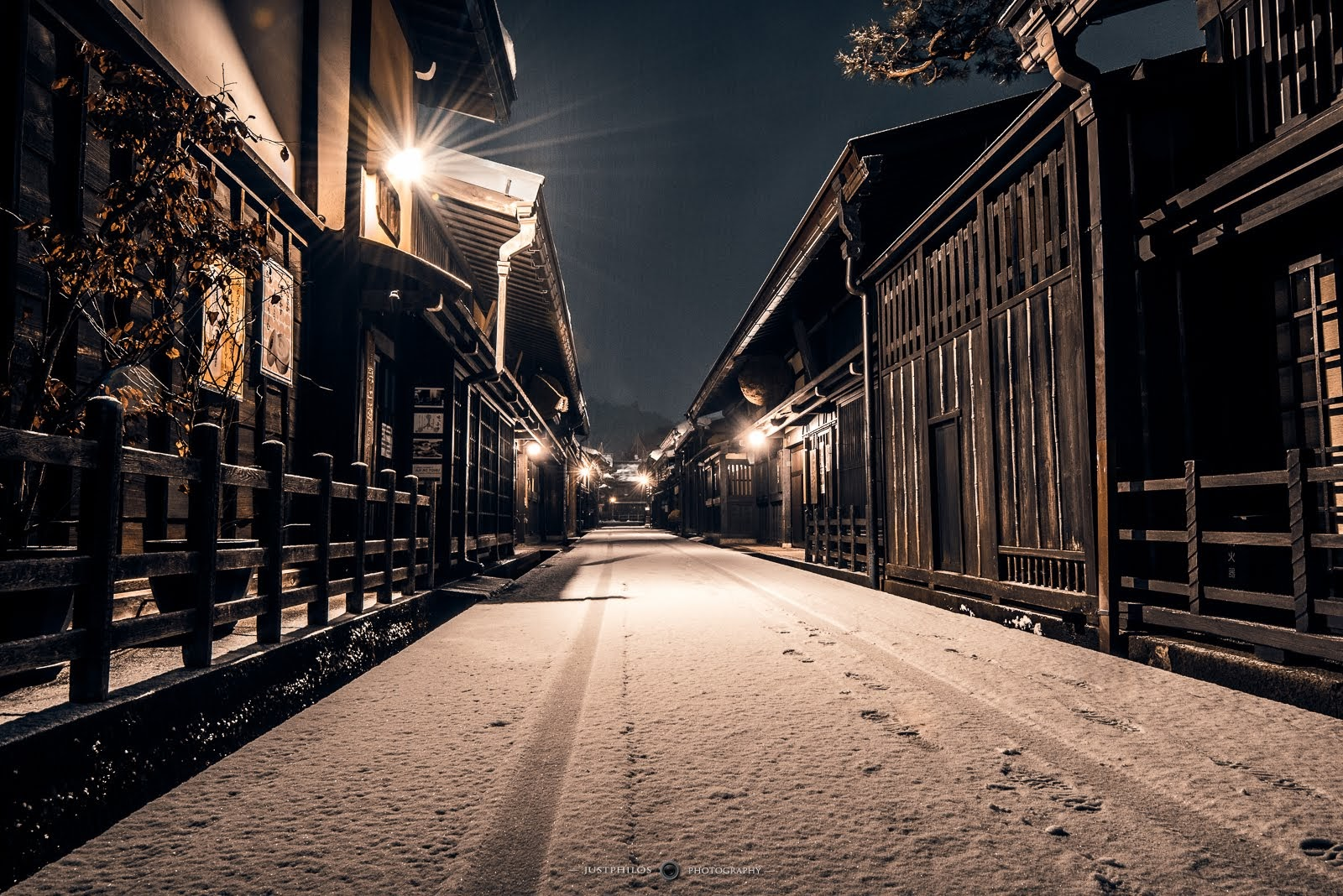晚上的高山古街呈現一種靜謐感,與白天絡繹不絕的遊客呈現截然不同的景象。