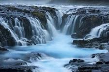 ijswater stroomt van bergen