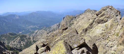 Photo: vľavo vzadu dolina rieky la Gravona ústiaca do zálivu d ´ Ajaccio a hlavné mesto Korziky Ajaccio, vpravo zľava Pointe Migliarello /2254 m/ a masív Monte d´Oro