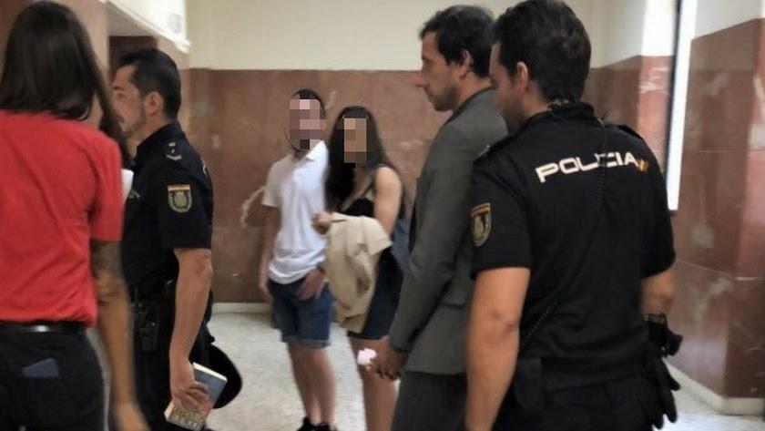El acusado llega esposado y escoltado a la sala