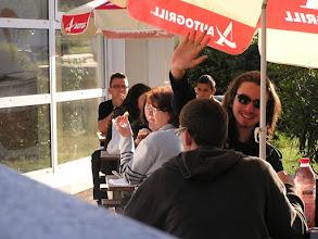 Photo: Après une nuit de bus, halte dans une aire de repos à Narbonne