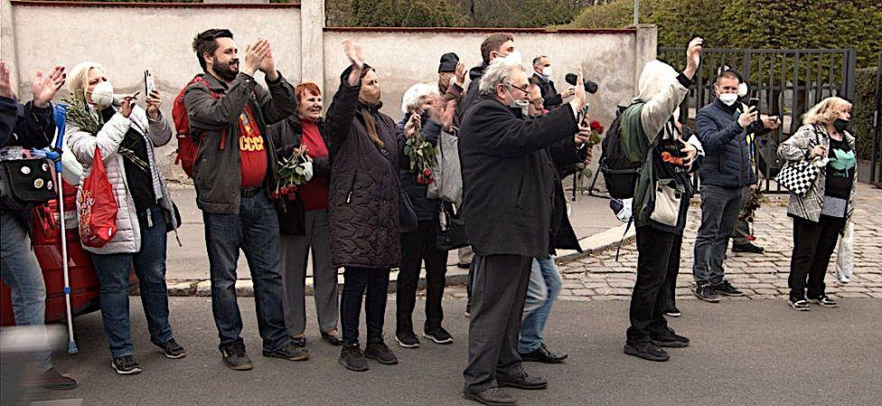 Возложение цветов к могилам советских военных на кладбище Ольшаны в Праге. Обострение отношений между Чехией и Россией и День победы во Второй мировой войне