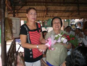 Photo: Cô Yến nhận hoa của Ánh ( khóa 1), Giám đốc nhà hàng.  Mừng cô Yến vẫn khỏe (cô Yến cùng tuổi thầy Đức, 76)