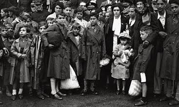 Photo: «Basque Children 1937». Algunos socios del national Clarion colaboraron en el acondicionamiento de los campos de acogida en Gran Bretaña. Alguno de los participantes de la marcha es hijo de uno de los «Niños Vascos». http://www.parquedelamemoria.org/noticias/el-20-de-octubre-amigos-de-brigadistas-internacionales-de-gran-breta%C3%B1a-visitar%C3%A1n-el-parque-