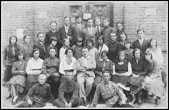 Photo: Nauczyciele i uczniowie Trzyletniej Szkoły Handlowej w Rozwadowie. Wśród nich wielu rudniczan (z domowego archiwum Rodziny Urbanów)