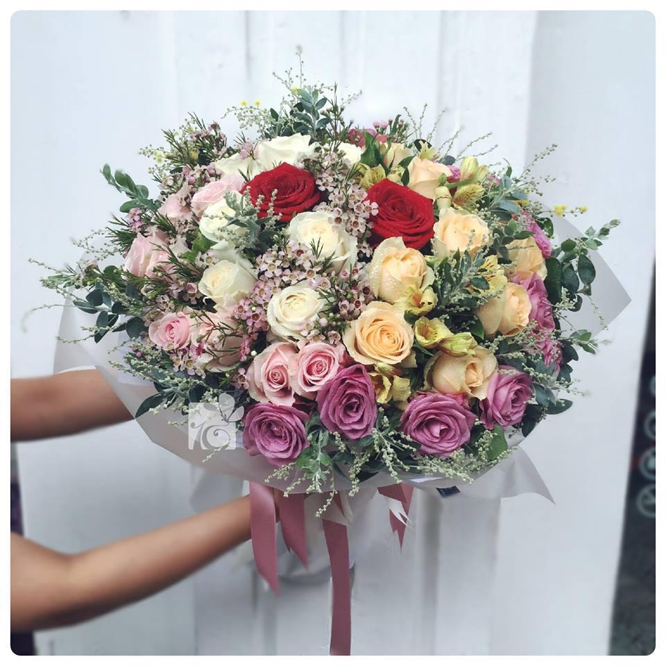 Ảnh có chứa hoa, cây, bó hoa, trong nhà  Mô tả được tạo tự động