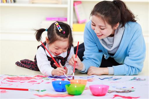 Các hoạt động chơi sáng tạo và nghệ thuật đóng vai trò then chốt trong quá trình học hỏi và phát triển của trẻ tập đi. Những hoạt động này sẽ giúp bé nuôi dưỡng trí tưởng tượng, phát triển kỹ năng giải quyết vấn đề, kỹ năng tư duy và vận động.