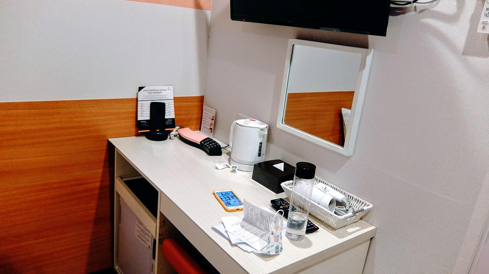 小書桌,旁邊還有一支手機可以上網用! 是說房間內也有無線可以使用,上網IG打卡不用怕流量不夠XD