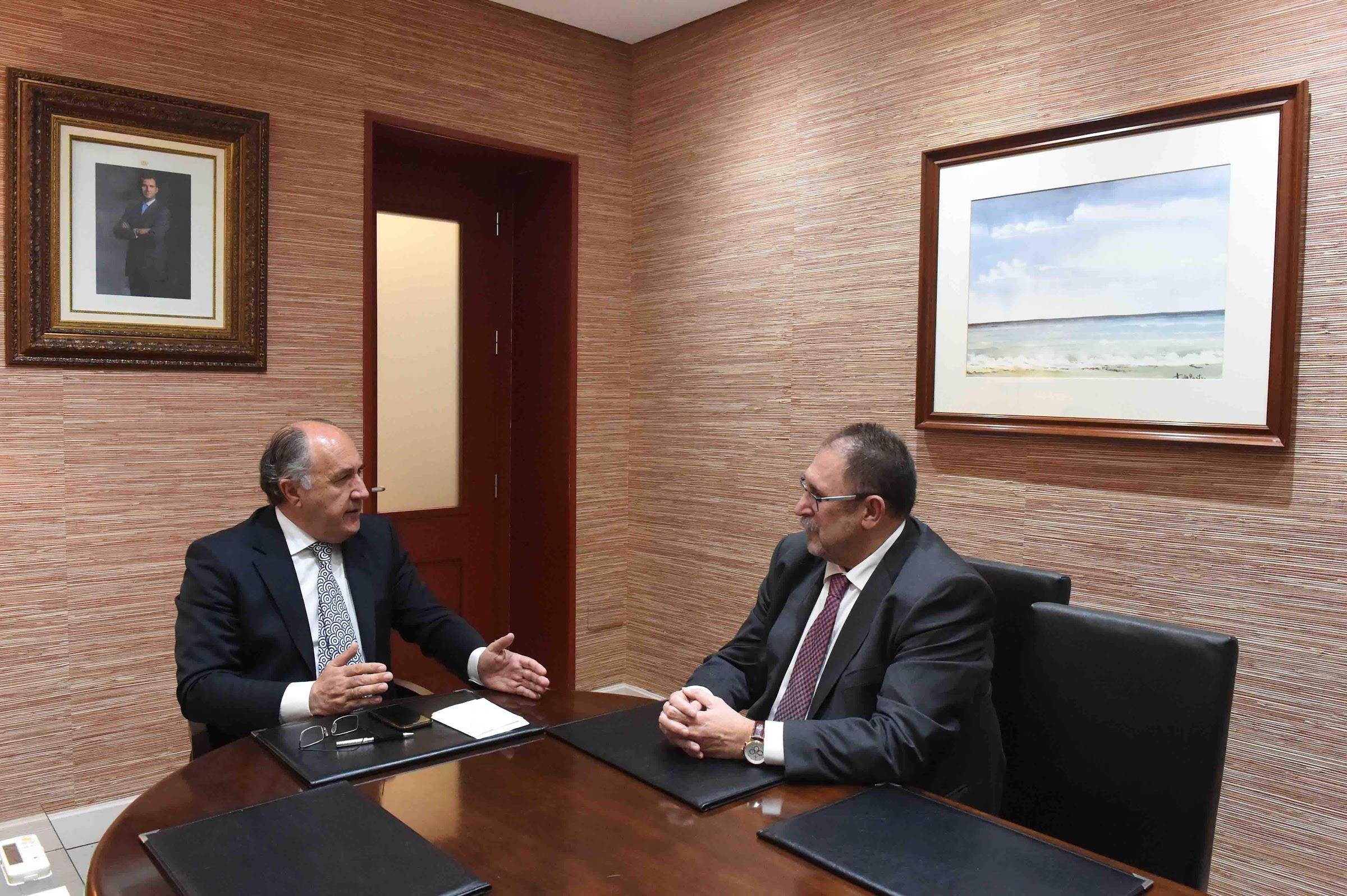 Landaluce recibe al nuevo gerente del Área de Gestión Sanitaria en el Campo de Gibraltar