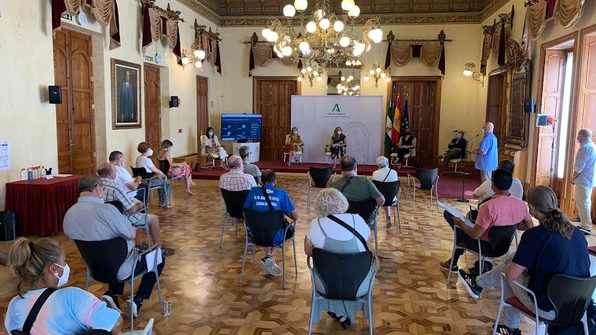 La reunión con los vecinos se ha celebrado en la sede de la Delegación del Gobierno andaluz.