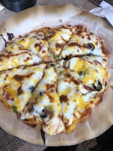 👅個人建議點披薩吃最為值得且划算,一份披薩大概可切8~10片,看你做多大就可分食更多片,且材料可以盡情地挑選自己喜愛的添加,餅皮麵粉香氣足夠且不乾,比起其他套餐真的大推,現場也有帕里尼DIY,環境良