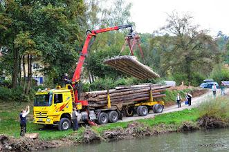Photo: Abladen des historischen Neckarflosses vom Sattelschlepper bei der Tübinger Freibadbrücke