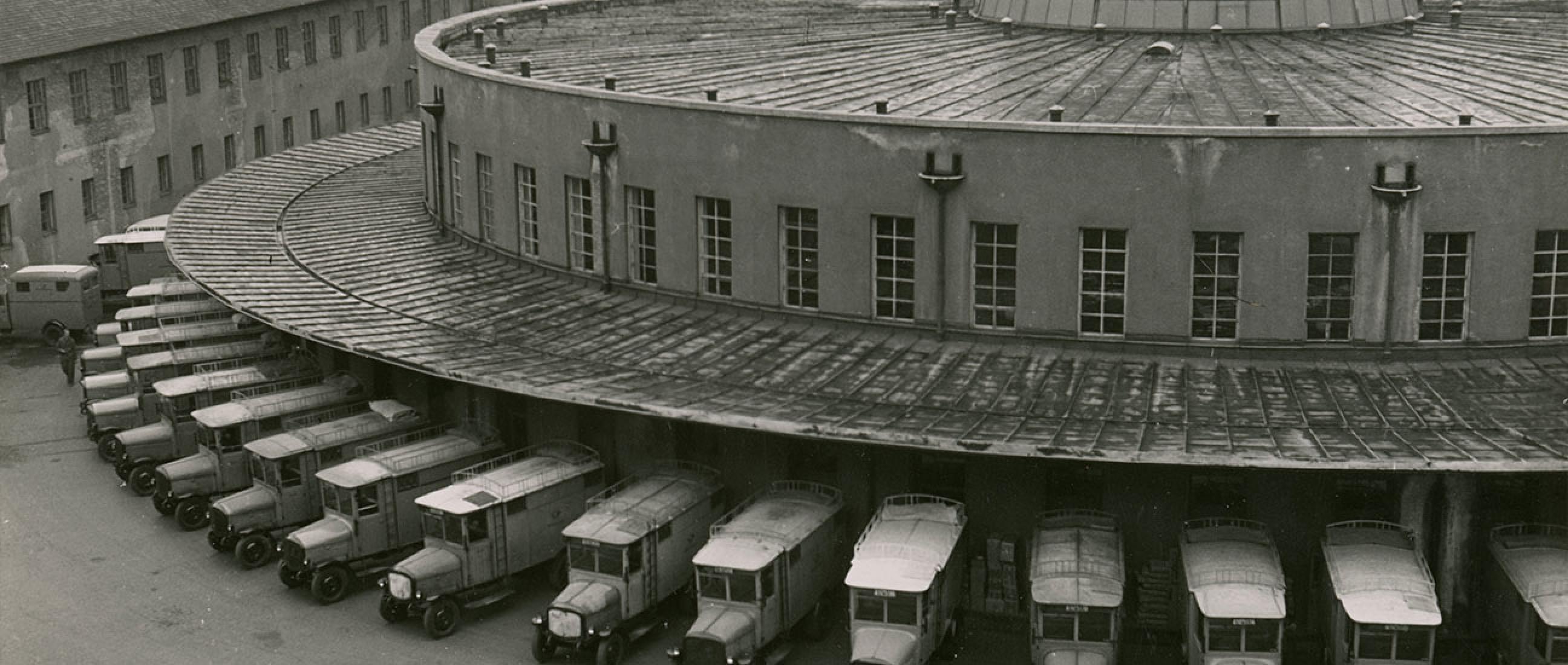 Beladen der elektrischen Postwagen in der Rotunde, 1952 © Toni Schneiders Estate / Stiftung F.C. Gundlach
