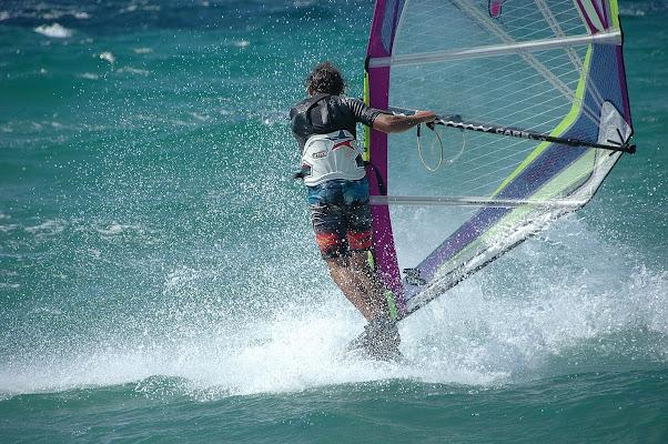 surfista in bilico sulle onde di FLAVIO DI PERSIO