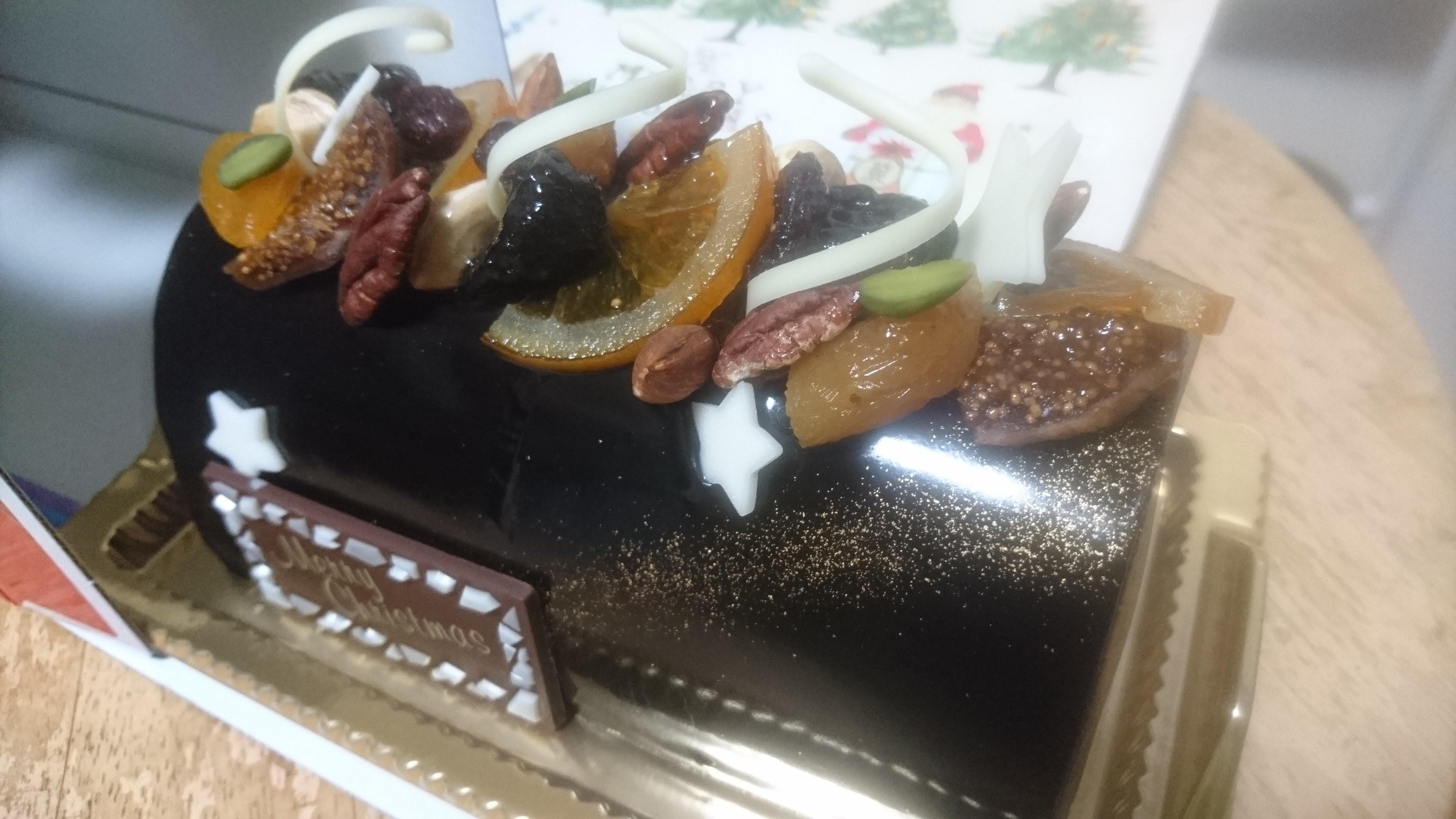 クリスマスケーキ売り場に昨今の景気の浮沈を実感したりして。