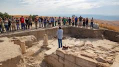 Los habitantes de Rioja atienden la explicación del arqueólogo.