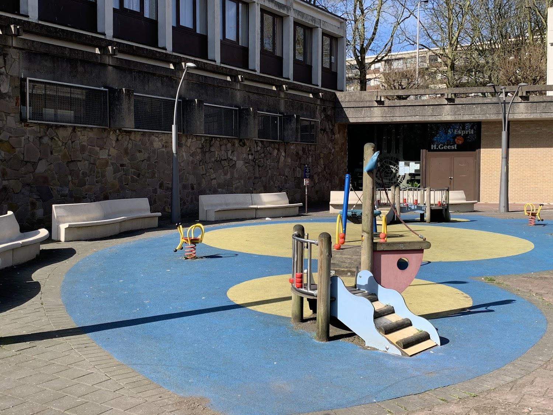 De gebogen Modular zitbanken uit de collectie van Escofet 1886 geven aan dit speelplein vorm en zitgelegenheid voor de ouders en de spelende kinderen op het Marin Luther King plein in Anderlecht.