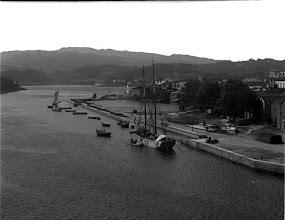 Photo: Foto con negativo ó revés. A Moureira aparece aquí a dereita vendo dende o río deica o mar.  Podes ver a foto  nº 133 deste álbum para situarte mellor e ver a Moureira no lado esquerdo.