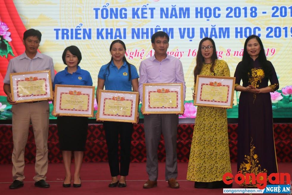 Trao Bằng khen của Công đoàn Giáo dục Việt Nam cho các tập thể có thành tích xuất sắc trong hoạt động Công đoàn