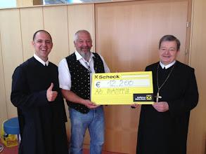 Photo: Abt Bruno Hubl überreicht Scheck an den Verein Assoziation Schloss Banffy