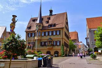 Photo: Bietigheim: Rathaus 1507 als Fachwerkbau errichtet, im Verlauf des 18. Jahrhunderts mit Kunstuhr, Freitreppe und Verkündkanzel modernisiert.
