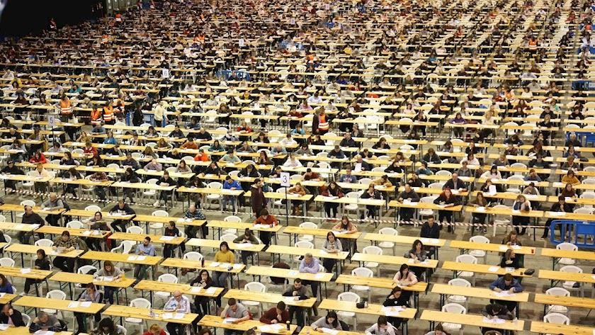 Miles de personas buscan empleo en Correos.