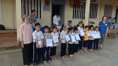 Photo: Phát Đông Phục cho học sinh nghèo Trường Tiểu Hoc Phú An Hoa/Bến Tre