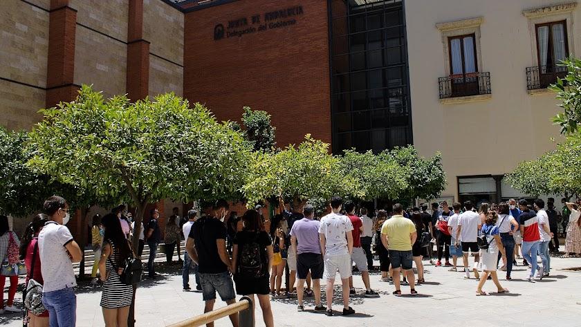 Colas ayer en la sede de la Junta en Almería.