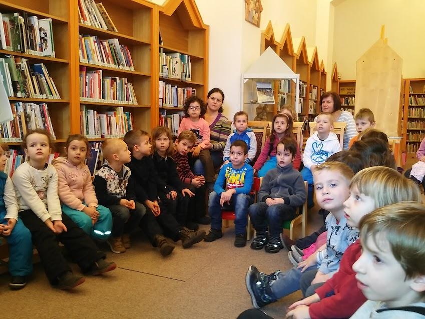 Gyermekcsoport a könyvtárban