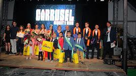 Foto de familia con las Reinas y Misters juvenil e infantil, con la pregonera, el alcalde y el presentador de la gala.