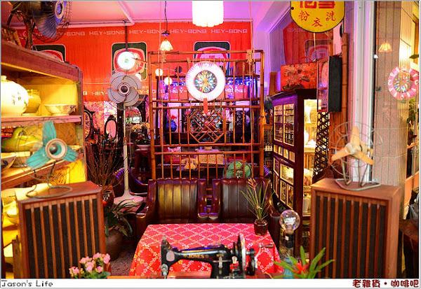 台中市區出現了古董懷舊時光回憶隧道。老雜貨‧咖啡吧