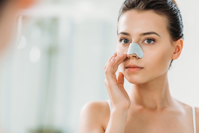 Nguyên nhân gây ra mụn cám và các sản phẩm skincare cho da mụn - Ảnh 1