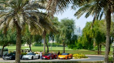 Photo: Hier parken die Millionäre von Dubai vor dem Golfplatz