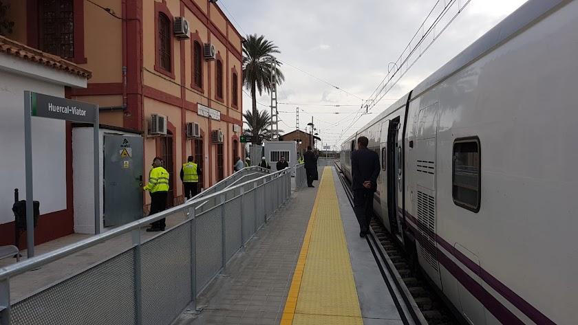 Un tren en la estación de Huércal de Almería-Viator.