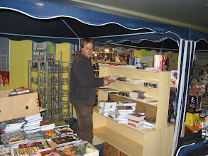Photo: Komár rozkládá svůj barevný stánek s knihami.