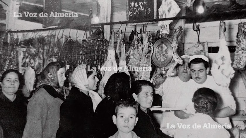La barraca de carne de la familia Pardo en una mañana de bulla. Eran los primeros años sesenta y el Mercado Central se convertía en un gran zoco.
