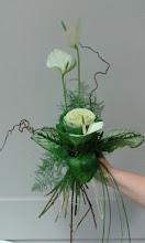 Photo: bouquet type linéaire végétatif avec fleurs anthuriums, choux  feuillage beargrass( longue herbe), asparagus( feuillage aspect plume) ainsi que du bois tortueux fait lors de ma formation à eyzin pinet  prix : 15 euros